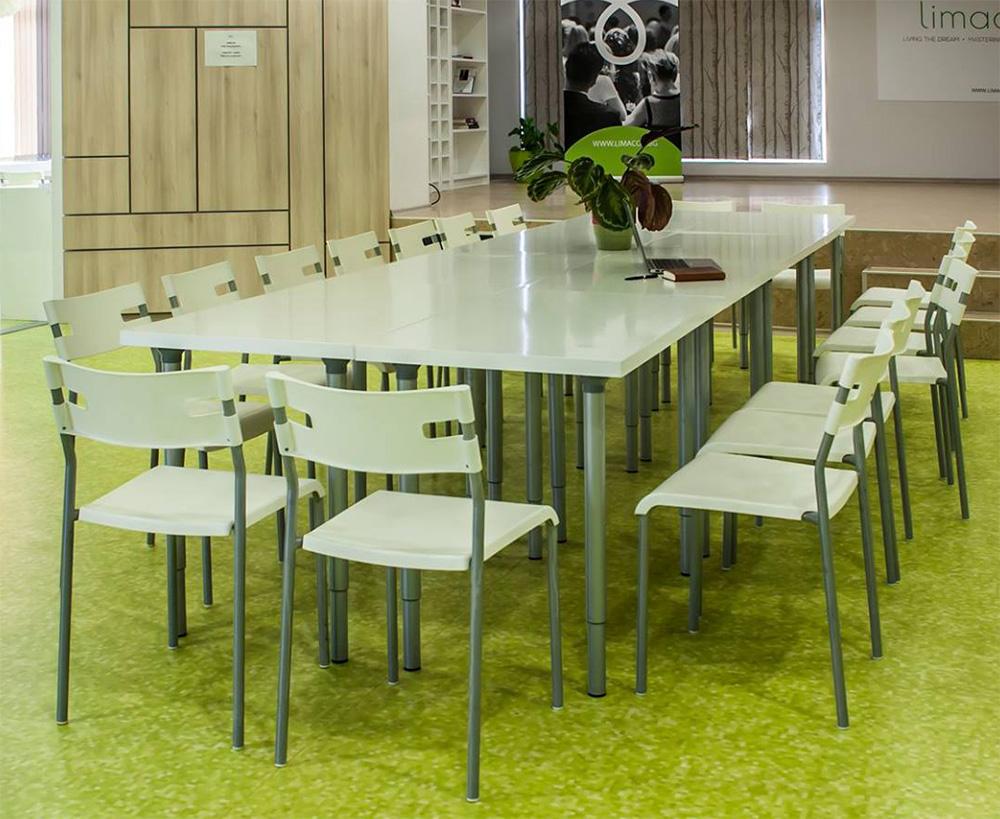 маса със столове в пространството на Лимакон Ивент Център